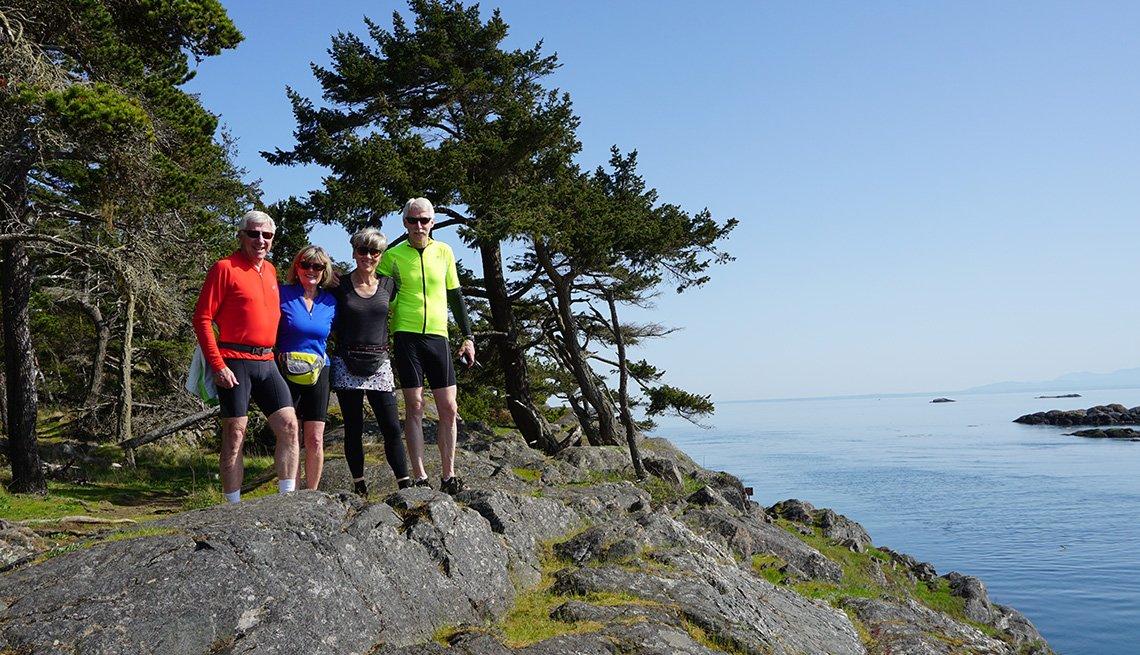 Ciclistas posan para una foto en el estrecho de Puget en Washington