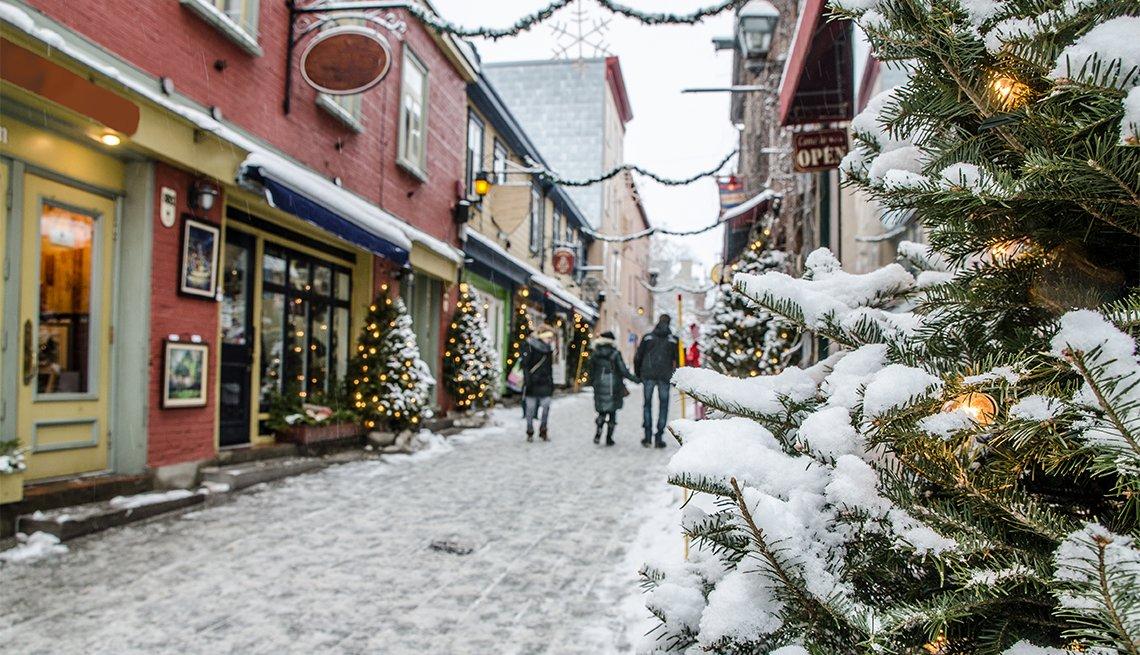 item 1 of Gallery image - Gente camina en la calle Petit Champlain en la ciudad de Quebec