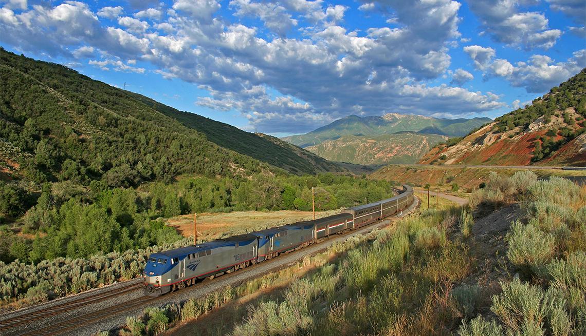 item 1 of Gallery image - Vista aérea del tren Amtrak Zephyr