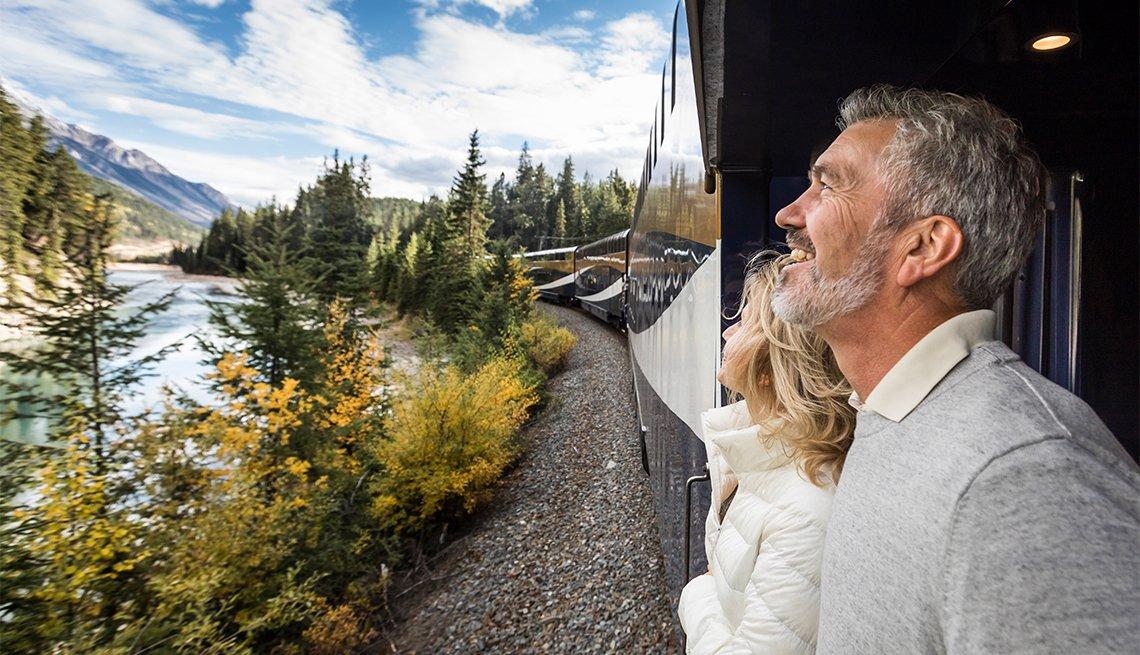 Pareja observa el paisaje desde el tren Rocky Mountaineer