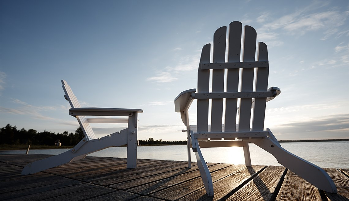 Sillas de playa en una terraza de madera