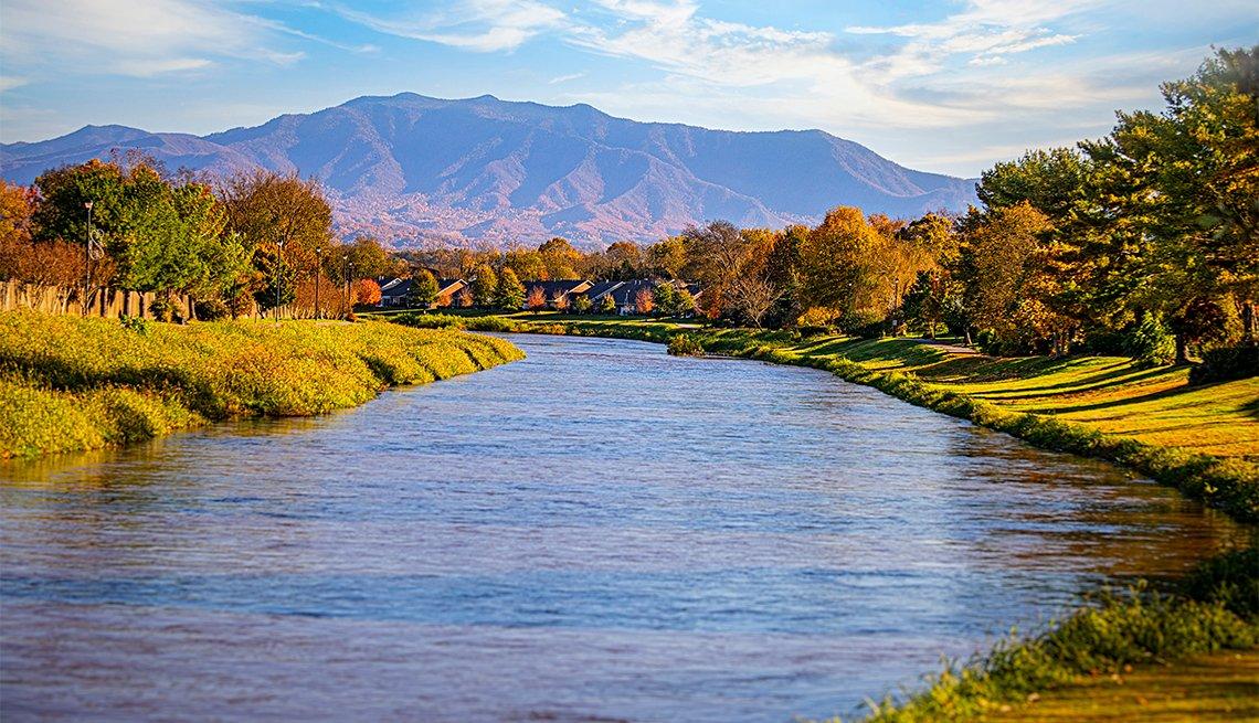 Río y follaje de otoño en Sevierville, Tennessee