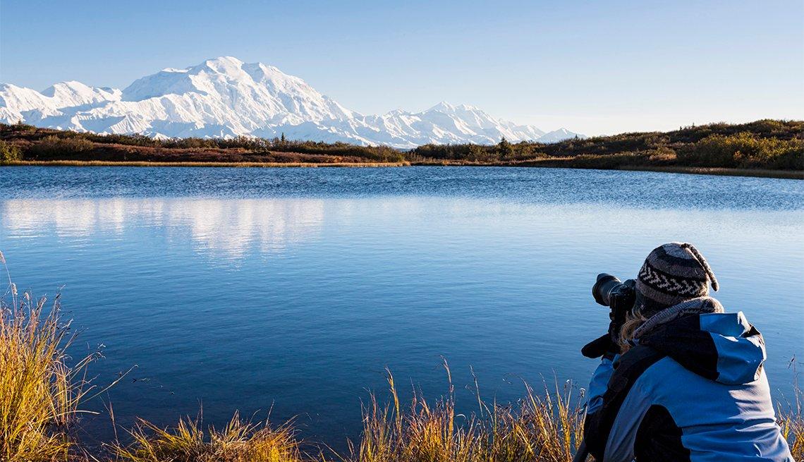 Persona toma una fotografía de las montañas