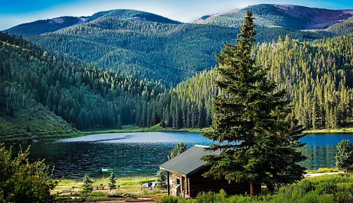 Imagen de una cabaña junto a un lago