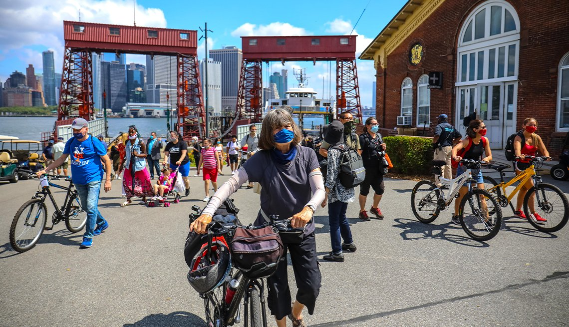 Turistas transitan en Governors Island