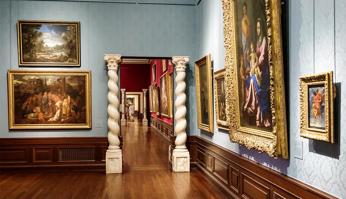 Cuadros expuestos en una sala de museo