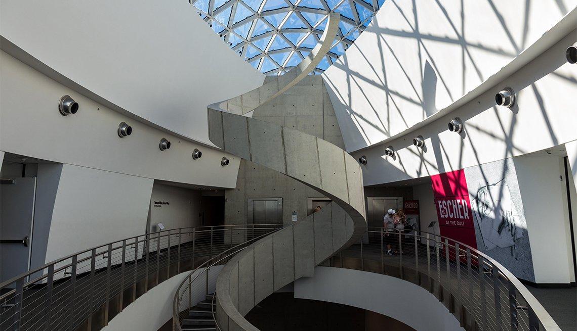 Escaleras en el Museo de Salvador Dalí en St. Petersburg, FL