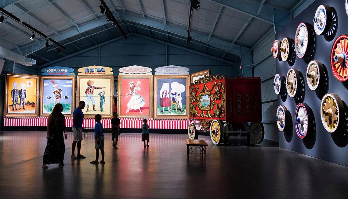 El público ve las exposiciones en el Museo de Arte John and Mable Ringling