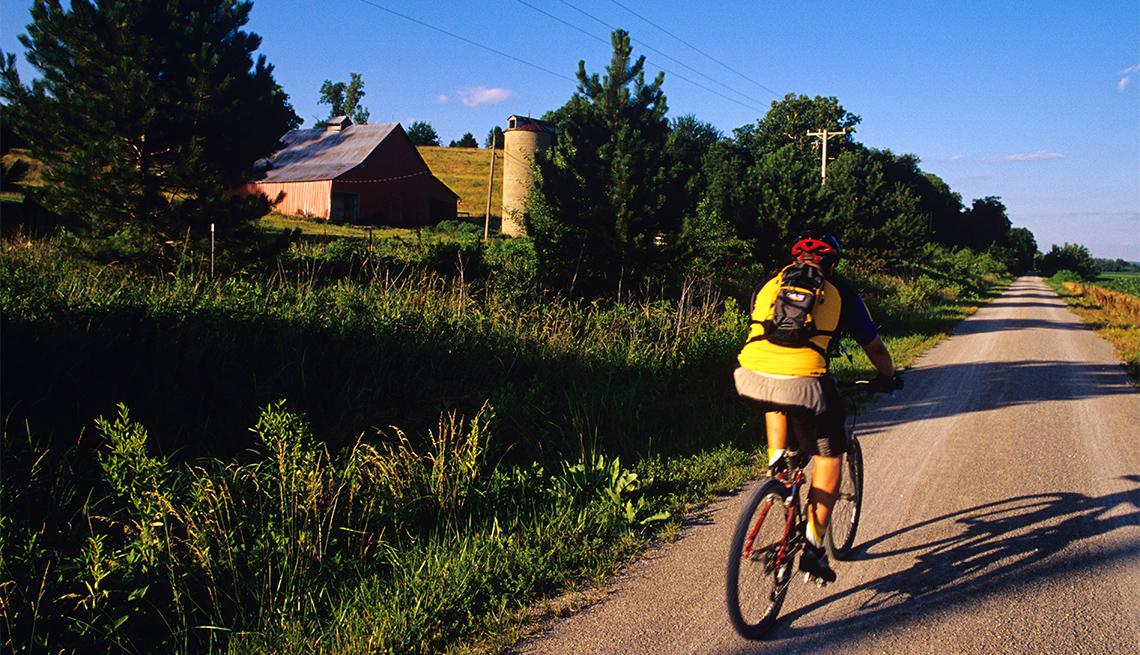 item 4 of Gallery image - Ciclista por el parque estatal Katy Trail