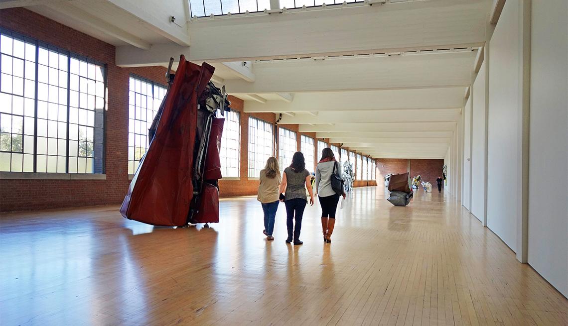 Personas caminan por el Dia Beacon museum
