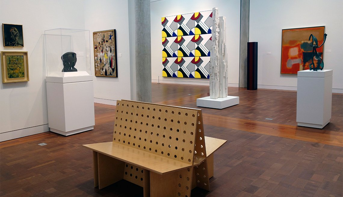 Sala de exposición en el Frances Lehman Loeb Art Center