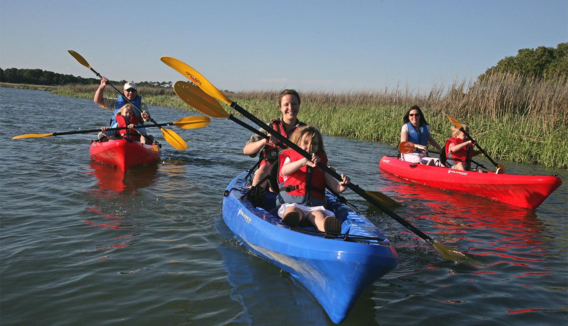 Una familia pasea en kayaks