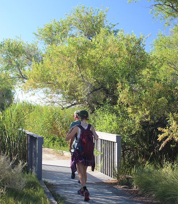 Dos excursionistas caminan a lo largo de Corn Creek