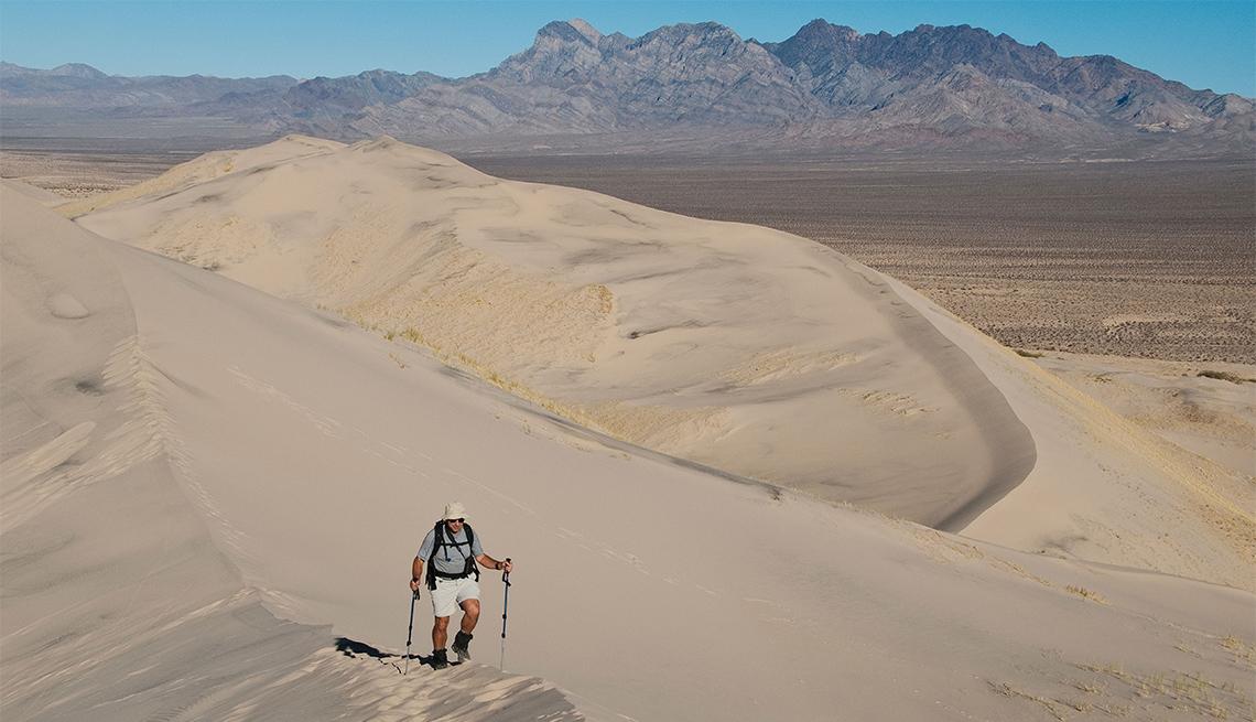 Excursionista camina por el desierto
