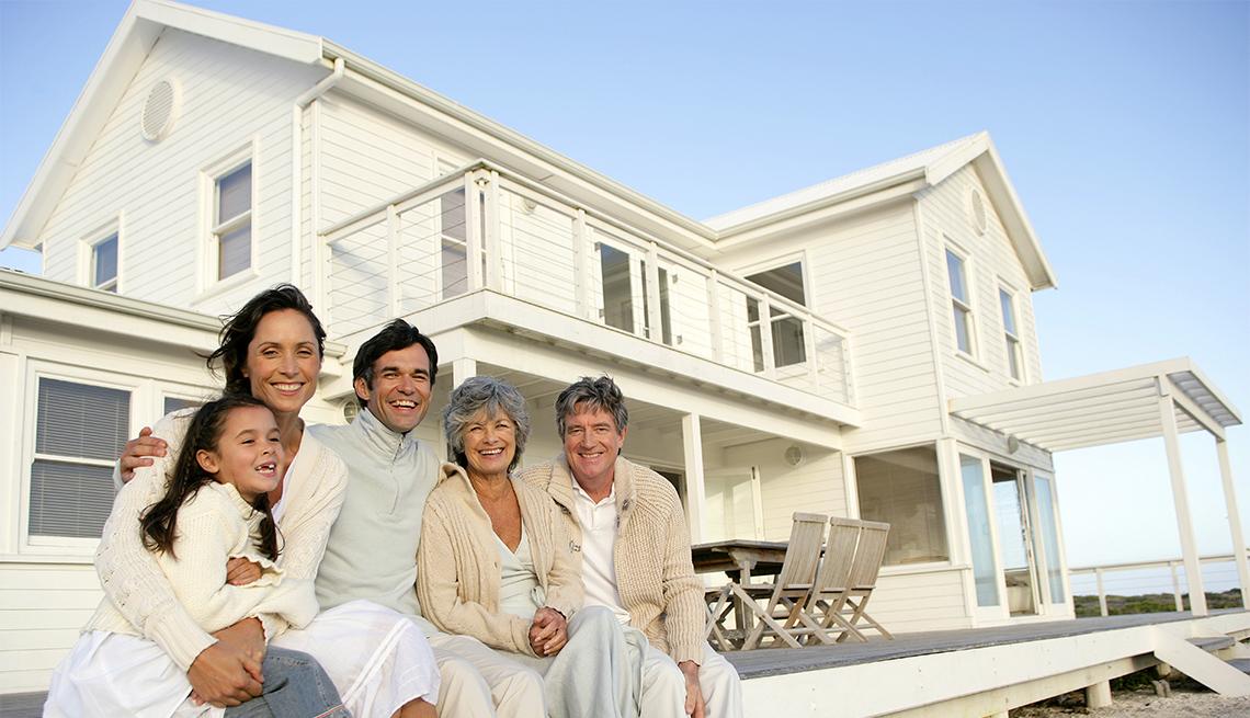 Familia sentada en frente de una casa