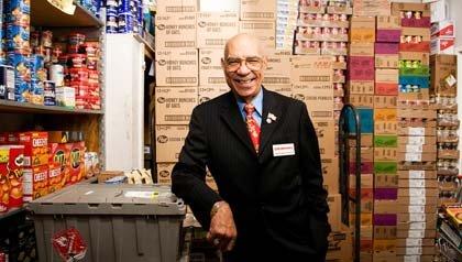 Anfitriones de las tiendas son posiciones populares en el servicio al cliente - Hombre en una bodega.