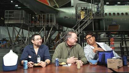 Los trabajadores de mano de obra toman su almuerzo en la planta de Boeing.