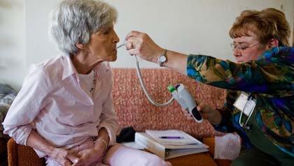 Mujer mayor recibe una visita médica.