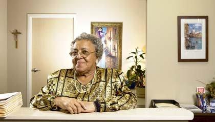 Empleos para personas mayores - Mujer en una oficina.