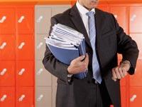 El hombre con carpetas de archivos mirando su reloj - Trabajos en ciudades universitarias.