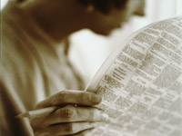El escritor de AARP Dan Kulpinsky decodifica el lenguage de un anuncio de búsqueda de trabajo - persona leyendo el periódico