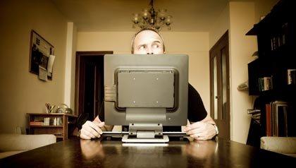 Búsqueda de empleo con las redes sociales - Hombre sentado frente a la computadora.