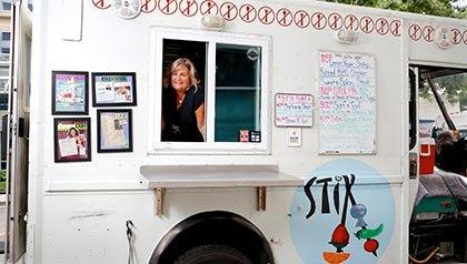 Jane Lyons, 58, en su camión de comida. Ella cuenta cómo empezar un negocio de alimentos.