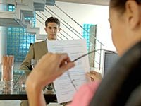 Consejos de AARP sobre cómo crear una muy fuerte hoja de vida - Una mujer lleva a cabo una entrevista de trabajo
