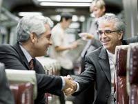 Empresarios estrechan sus manos. La construcción de su red de contactos