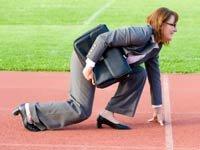 Empresaria en la línea de salida de una pista de atletismo - Promesas para poner su carrera en línea este 2013