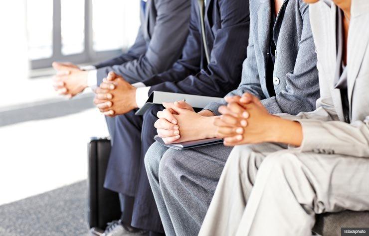 Fila de gente de negocios en espera de la entrevista de trabajo.