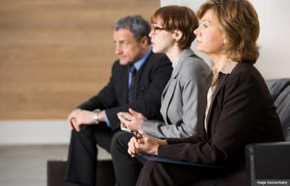 Gente esperando a una entrevista de trabajo, consejos para evitar errores de búsqueda de empleo