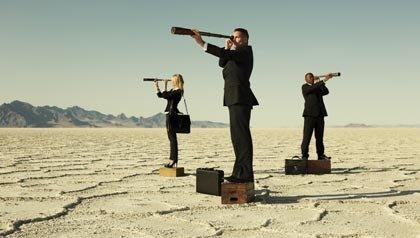 Prepárese para el mercado laboral - Personas en un desierto mirando al horizonte con un telescopio.