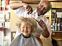 Barbero cortando el cabello joven - Estilista de pelo es un trabajo que hace a las personas sentirse y verse bien