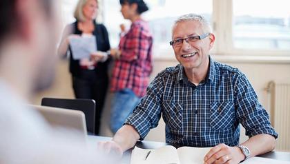 Hombre de negocios en una conversación con colegas - consejos para iniciar un negocio independiente