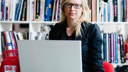 Mujer que trabaja en la computadora portátil en casa - ¿trabajar desde la casa es adecuado para usted?