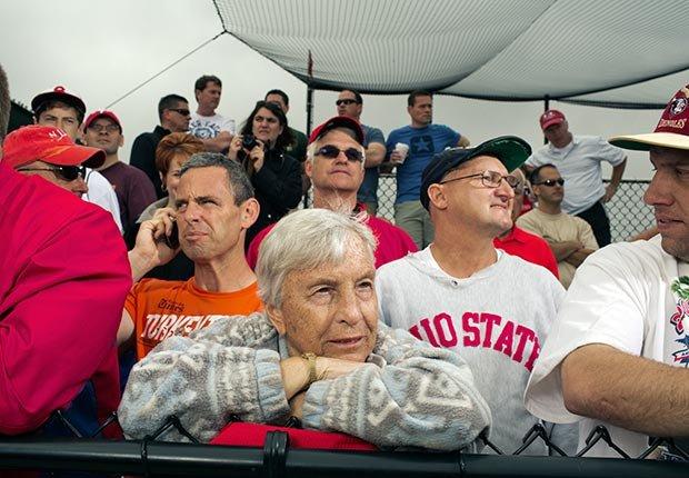 Aficionados de los Philadelphia Phillies durante un entrenamiento de primavera en Bright House Field, Clearwater, FL. - Gerentes veteranos de béisbol.
