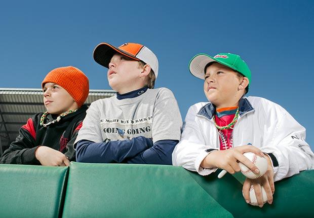 Jóvenes aficionados de los Minnesota Twins en una sesión de entrenamiento de la primavera.  - Gerentes veteranos de béisbol.