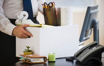 Empresario empaca el material de su oficina. Lo que usted necesita saber cuando usted ha sido despedido.