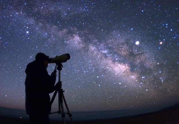 Trabajos con poco estrés, pero bien pagados como un astrónomo mirando las estrellas