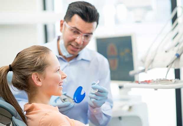 Trabajos con poco estrés, pero bien pagados, como un ortodoncista atendiendo en su consultorio