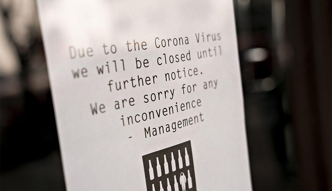 Letrero en un bar que advierte que está cerrado por el coronavirus.