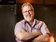 Alejandro Benes, de 57 años, inversor del restaurante, se encuentra en la cocina de su restaurante Wood Ranch & Grill en The Grove, Los Ángeles.