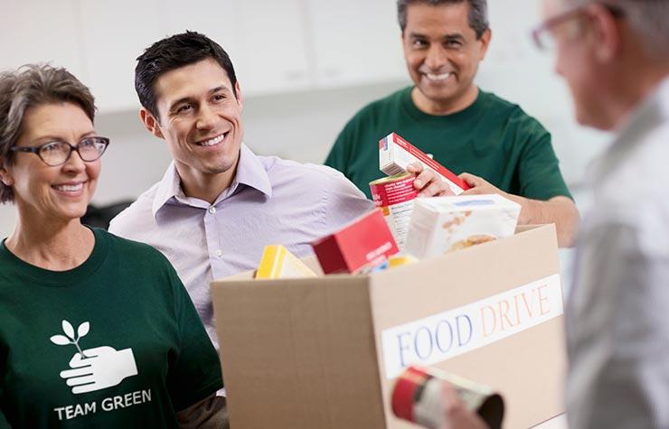 Los voluntarios recogiendo donaciones de alimentos. Trabajo con demandas en el sector de las organizaciones sin ánimo de lucro.