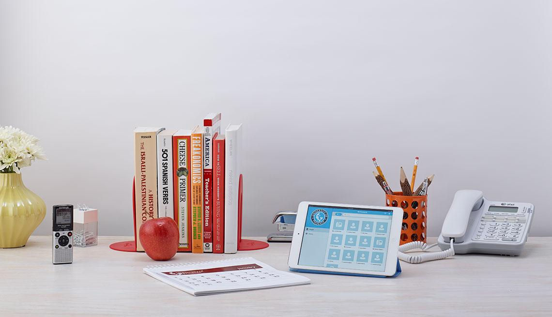 Una mesa con un teléfono y diferentes objetos - Trabajos para hacer desde casa