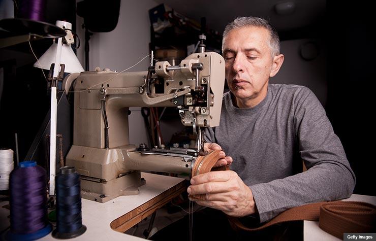 Hombre con una máquina de cocer, talentos naturales que hacen dinero