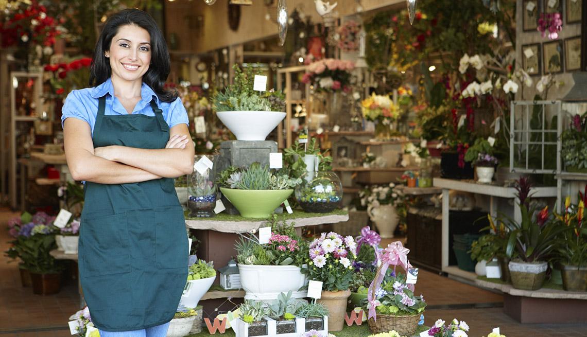 Mujer hispana al frente de su tienda
