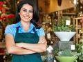 Mujer en una floristería - Cómo obtener préstamos con la SBA.