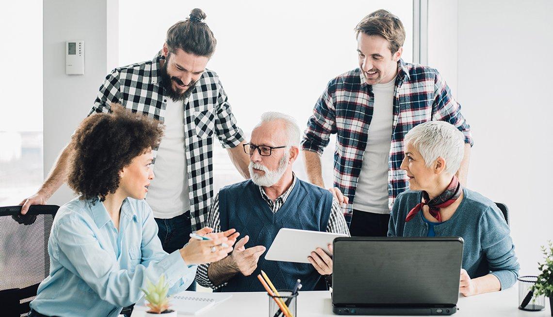 Personas jóvenes y mayores en una reunión de trabajo