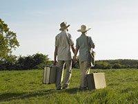 Pareja mayor en el campo con las maletas, consejos para poder determinar dónde retirarse